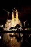 Basilika av La Sagrada Familia på natten Royaltyfri Bild