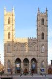 Basilika av Notre-Dame av Montreal och ställed'Armes - Montreal, Quebec, Kanada Royaltyfria Bilder