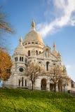Basilika av Sacre-Coeur i Montmartre, Paris på soluppgång Royaltyfri Bild
