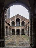 Basilika av Sant Ambrogio, Milan, Italien Arkivbilder