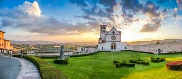 Basilika av St Francis av Assisi på solnedgången, Umbria, Italien Arkivfoton