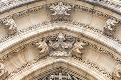 Basilika av St Peter och St Paul, Vysehrad, detaljer av dörrportalen, Prague, Tjeckien Arkivbild