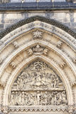 Basilika av St Peter och St Paul, Vysehrad, detaljer av portalen, Prague, Tjeckien Royaltyfri Fotografi