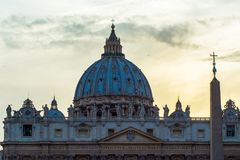 Basilika av St Peter på skymning Arkivfoto