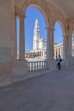 Basilika av vår dam av radbandet som ses från och till och med kolonnaden royaltyfri bild