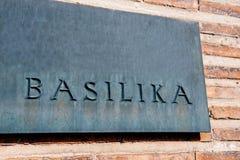 Basilika, bazylika, Katedralny signage przed kościół Zdjęcie Stock