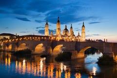 Basilika del Pilar i aftonen på solnedgången. Zaragoza Spanien Royaltyfri Bild