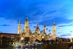 Basilika Del Pilar i Zaragoza i nattbelysning, Spanien Arkivbilder