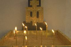 Basilika der Geburt Christi Brennende Kerzen in der Kirche auf dem Hauptaltar stockfotografie