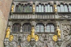 Basilika des heiligen Bluts, der Fenster und der Schuldstatuen, Brügge Lizenzfreie Stockfotografie