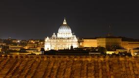 Basilika di San Pietro över takblasten på natten Royaltyfri Bild