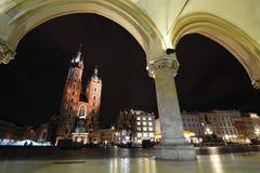 Basilika för St Mary ` s på natten Huvudsaklig marknadsfyrkant krakow poland Arkivbild