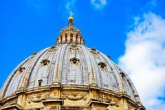 Basilika för St Peter ` s i en solig dag i Vaticanen royaltyfri foto