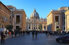 Basilika för St Peter ` s, julträd nära Vaticano den egyptiska obelisken på fyrkanten för St Peter ` s Vaticanen Roma, Italien Fotografering för Bildbyråer