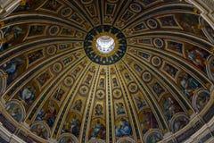 Basilika för St Peter ` s, kupolen från insidan, Rome, Vaticanen, Italien royaltyfri foto