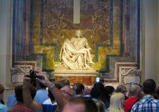 19 06 2017 basilika för St Peter ` s, Rome: Många turister near M Royaltyfria Foton
