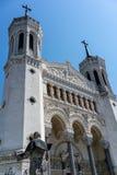 Basilika-Fassadenansicht Notre Dame de Fourviere und Rückseite von Jean-PA stockfotos