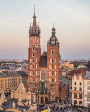 Basilika och byggnader för St Mary ` s på Rynek Glowny i Krakow royaltyfria bilder