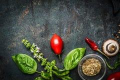 Basilika och tomater i lantlig träbakgrund, ingredienser för att laga mat eller salladdanande arkivbilder