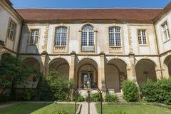 Basilika och uteplats Arkivbild