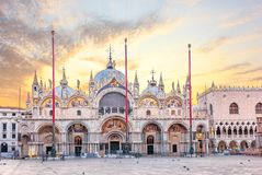 Basilika San Marco och doges slott i soluppgången, Venedig royaltyfri fotografi