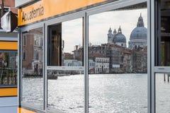 Basilika Santa Maria della Salute in der Reflexion Venedig Lizenzfreie Stockbilder