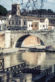 Basilika St Bartholomew, Pons Cestius, Tiber ö och flod italy rome Arkivbilder