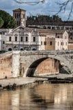 Basilika St Bartholomew, Pons Cestius, Tiber-Insel und Fluss Schöne alte Fenster in Rom (Italien) Lizenzfreies Stockfoto