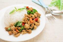 Basilika stekte ris med griskött, thailändsk mat Arkivfoton