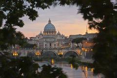 Basilika Str.-Peters vom Fluss Tiber Stockfoto