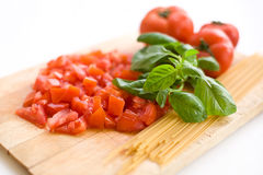 Basilika, tomat och spagetti royaltyfria bilder