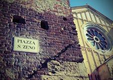 Basilika und das Wort MARKTPLATZ San Zeno In Verona Italy mit vinta Stockbild