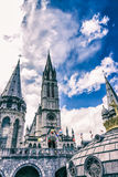 Basilika unserer Dame des Rosenbeetes gegen den schönen Himmel Lourdes, Frankreich, Hautes Pyrenäen Lizenzfreie Stockfotos