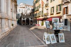 Basilika venetian målare som säljer konster, Venedig, Italien arkivfoton