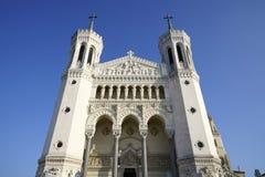 Basilika von Notre-Dame de Fourviere im blauen Himmel Lizenzfreie Stockfotos