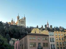 Basilika von Notre-Dame de Fourviere und metallischer Turm von Fourviere, von den Dachspitzen und von den Kaminen, Lyon, Frankrei stockbild
