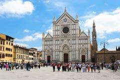 Basilika von Santa Croce in Florenz mit Touristen Lizenzfreies Stockfoto