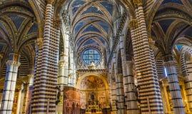 Basilika wölbt Altar-Kirchenschiff-Rose Window Stained Glass Cathedral-Kirche Siena Italy stockfotografie