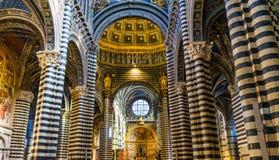Basilika wölbt Kirchenschiff-Rose Window Stained Glass Cathedral-Kirche Siena Italy lizenzfreie stockfotos