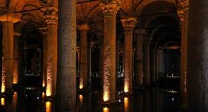 Basilikacisternen - behållare för underjordiskt vatten Istanbul Tu royaltyfri foto
