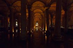 Basilikacisternen i Istanbul är en gammal behållare för underjordiskt vatten att bygga vid kejsaren Justinianus i det 6th århundr fotografering för bildbyråer