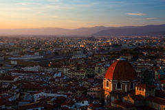Basilikadi San Lorenzo på solnedgången royaltyfria bilder