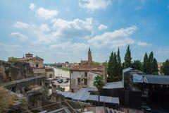Basilikadi Santa Anastasia och Teatro Romano i Verona, Italien fotografering för bildbyråer