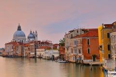 Basilikadi Santa Maria della Salute på giudeccakanalen i Venedig arkivbild