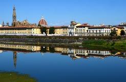 Basilikan av det heliga korset och domkyrkan av Santa Maria del Fiore reflekterade i Riveret Arno i Florence Royaltyfri Bild