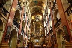 Basilikan av St James (tjeck: ¡ Ãho för tÅ för Kostel svatéhoJakuba VÄ›) i den gamla staden av Prague, Tjeckien arkivbilder