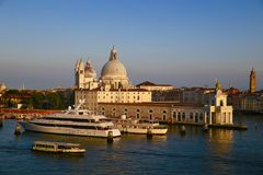 Basilikan av St Mary av hälsa i Venedig royaltyfria bilder