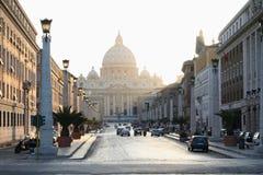 Basilikan av St Peter i Vaticanen med strålar av solnedgångljus fotografering för bildbyråer