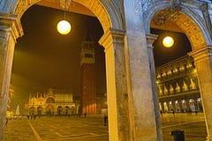 Basilikan di San Marco på piazza di San Marco på natten Venedig, Italien arkivbilder