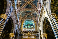 BasilikaskeppRose Window Stained Glass Cathedral kyrka Siena Italy arkivbild